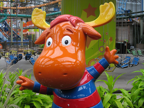 File:The Backyardigans Tyrone Statue at Nickelodeon Universe.jpg