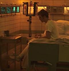 Katniss viendo a Finnick en el Hospital del Distrito 13.png