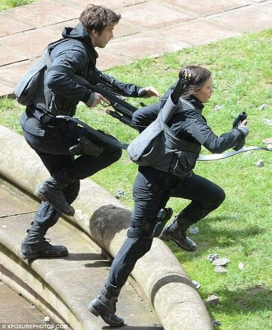 File:Gale and katniss running.jpeg