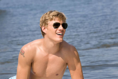 File:Shark-night-chris-zylka2.jpg