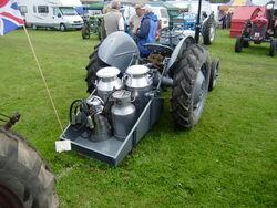 Ferguson transport box + Milking kit-P8100538