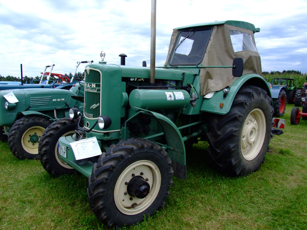 Guy On Tractor : Man s allrad tractor construction plant wiki