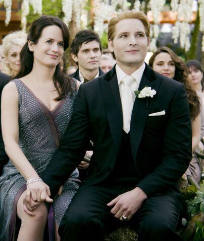 File:-The-Twilight-Saga-Breaking-Dawn-Part-1-Stills-Carlisle-Esme-esme-and-carlisle-cullen-26574857-1024-681.jpg