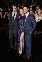 Taylor-lautner-breaking-dawn-premiere-red-carpet-11142011-76
