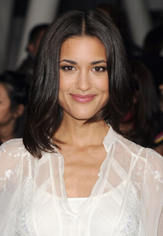 File:Julia Jones Premiere Breaking Dawn ih-5mnKHCabl.jpg