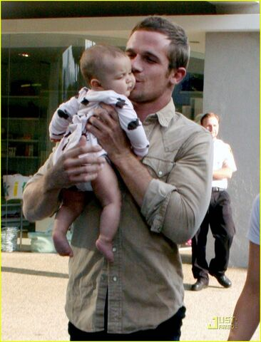 File:Cam-Gigandet-w-baby-twilight-series-7733567-932-1222.jpg
