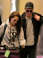 5Robert-Pattinson-Kristen-Stewart-050312--435x580