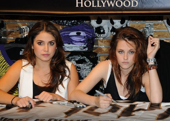 File:-Kristen-Stewart-and-Nikki-Reed-nikki-reed-and-kristen-stewart-2827922-550-393.jpg