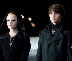File:Dakota-fanning-and-cameron-bright-alec-and-jane-of-the-volturi-13916187-284-241.jpg