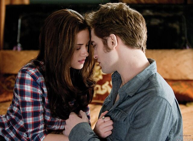 File:Edward and Bella Kiss-1-.jpg