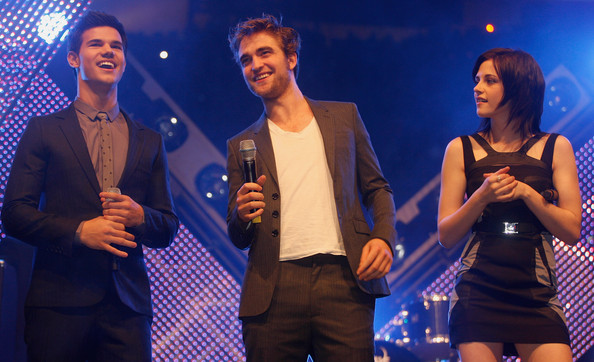 File:Robert Pattinson Kristen Stewart Taylor Lautner NK0raTGL4VLl.jpg