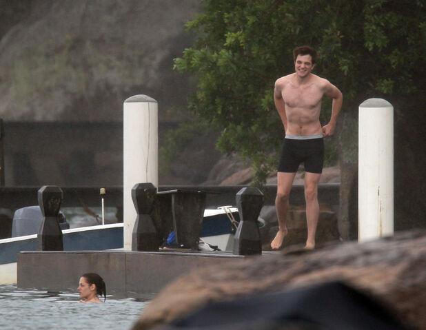 File:PattinsonlifeSwimming09.jpg