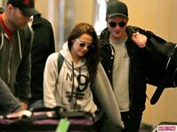 9Robert-Pattinson-Kristen-Stewart-050312--580x435