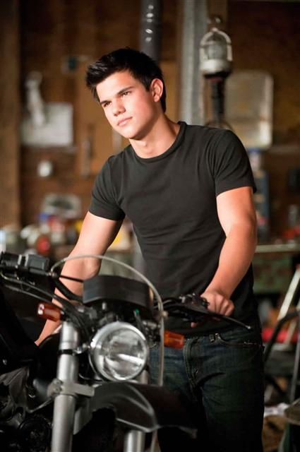 Taylor-lautner-jacob-black-motorcycle-eclipse