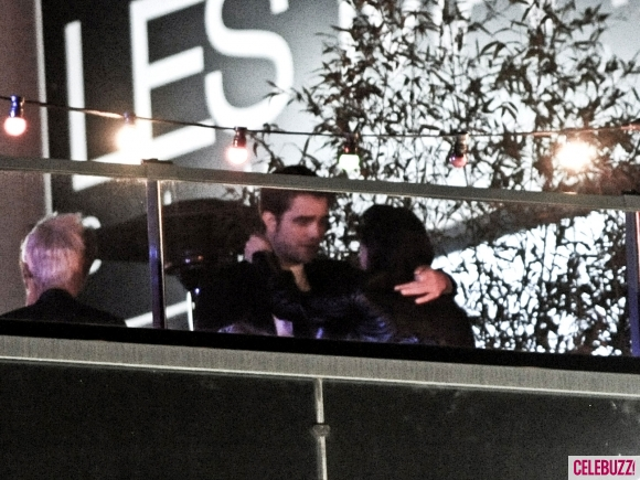 File:11Robert-Pattinson-and-Kristen-Stewart-Kissing-052312-580x435.jpg