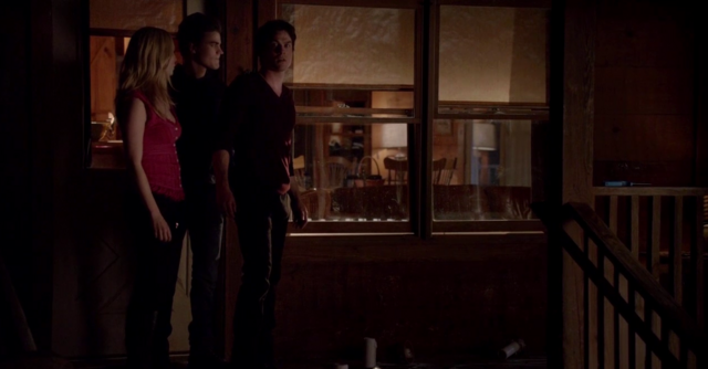File:Caroline, Stefan and Damon in 5x20...png