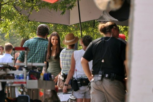 File:3-04-behind-the-scene-the-vampire-diaries-24820003-500-333.jpg