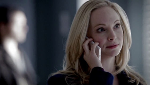 File:Caroline talking with Stefan 5x17.png