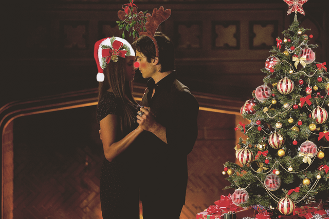 File:Delena-Christmas-damon-salvatore-32921627-2272-1515.png