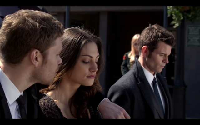 File:1x20-Klaus' arm around Hayley.png
