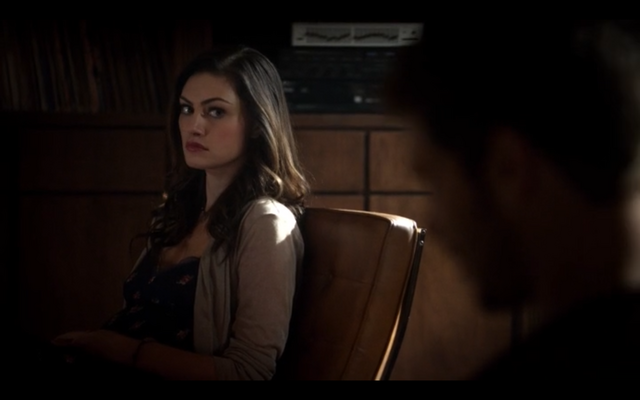 File:1x11-Hayley looking at Klaus.png