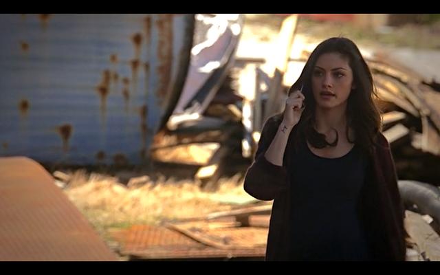 File:1x19-Hayley calls Klaus.png