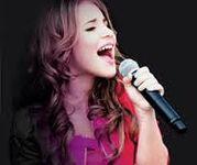 Lucía Gil singing