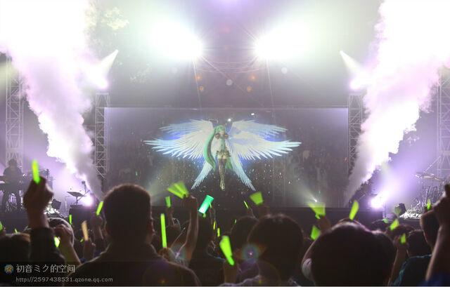 File:Mikupa live in sapporo 2013 miku.jpeg