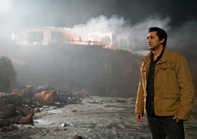 File:FTWD 201 Travis Burning House.png