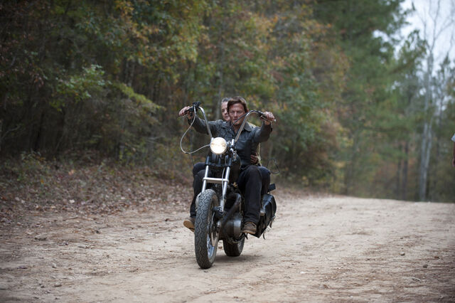 File:Episode-13-carol-daryl.jpg