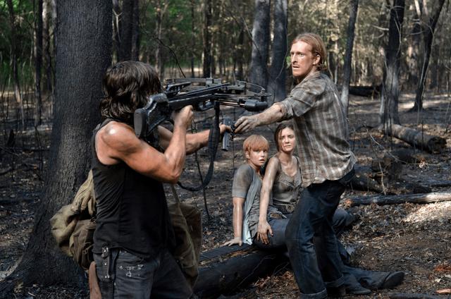 File:AMC 606 Dwight Hands Over Gun.png