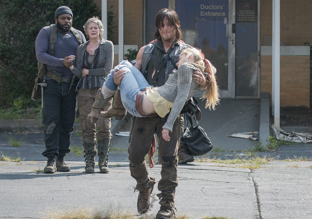 File:AMC 508 Daryl Carrying Dead Beth.png