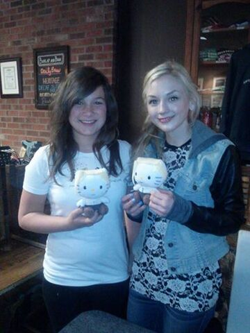 File:Emily with a cute girl fan with hello kitty.jpg