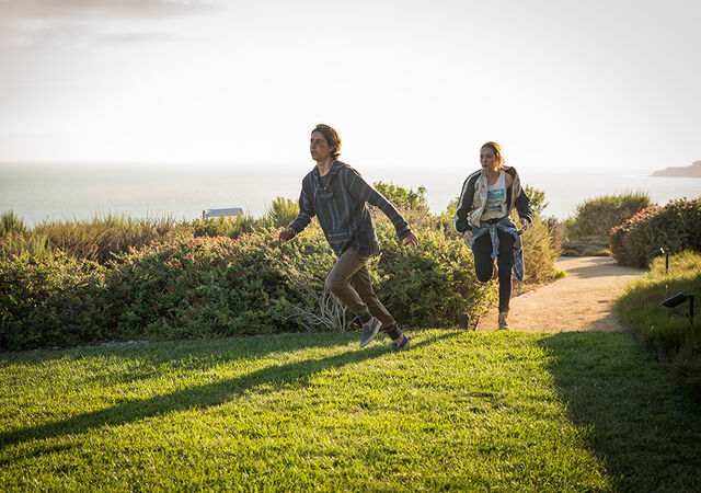 File:FTWD Alicia and Chris running.jpg