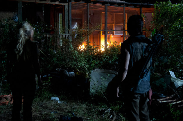 File:Beth and Daryl among the fire! ♪.jpg