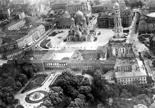 Sobór świętego Aleksandra Newskiego w Warszawie, widać Park Saski