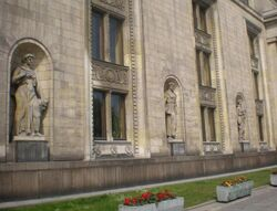 Palac Kultury i Nauki (rzezby)).JPG