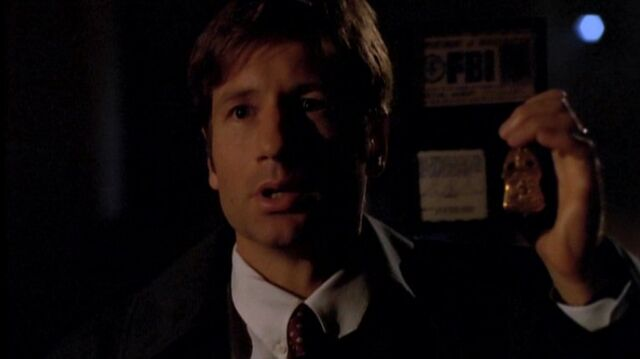 File:Fox Mulder with FBI badge (1989).jpg