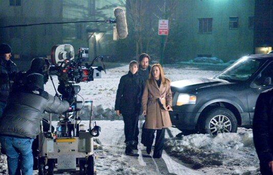 File:Amanda Peet, David Duchovny and Gillian Anderson filming.jpg