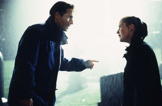 File:Mulder and Scully raining pilot.jpg