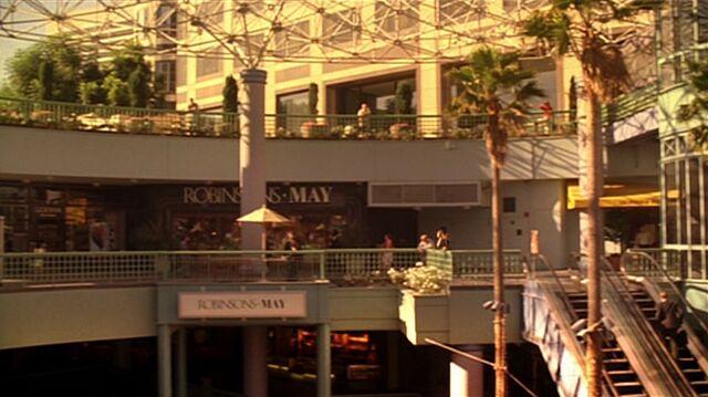 File:5x01 Chloe mall.jpg