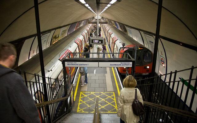 File:Clapham Common Tube Station Platforms - Oct 2007.jpg