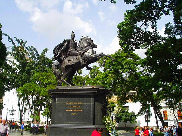 File:EstatuaDelLibertadorEnLaPlazaBolivar2004-6.jpg
