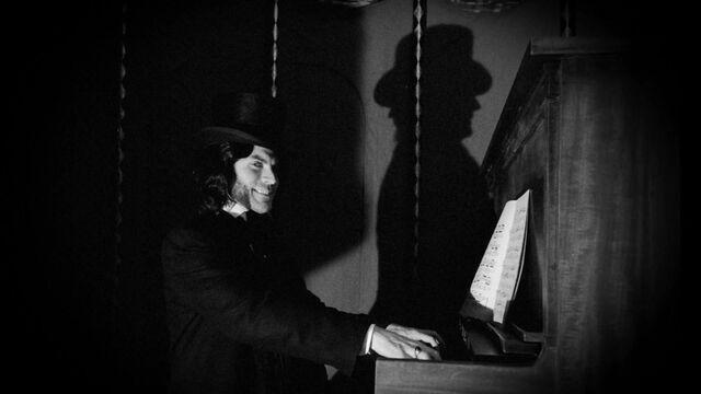 File:S04E03 Mordrake playing piano.jpg