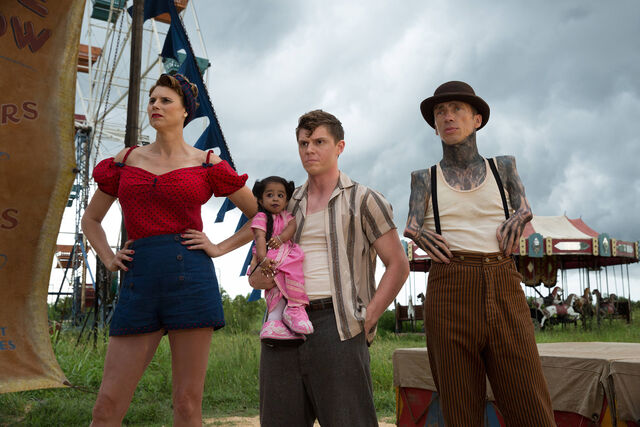 File:AHS-Freak-Show-Monsters-Among-Us-4x01-promotional-picture-american-horror-story-37675255-2126-1417.jpg