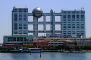 800px-Fuji TV headquarters and Aqua City Odaiba - 2006-05-03 edit2