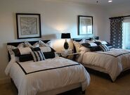 Black-and-white-guest-room-with-twin-beds