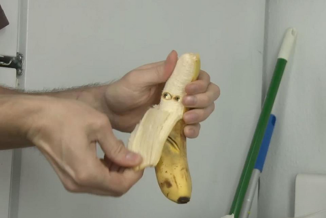 File:Banana got peeled.png