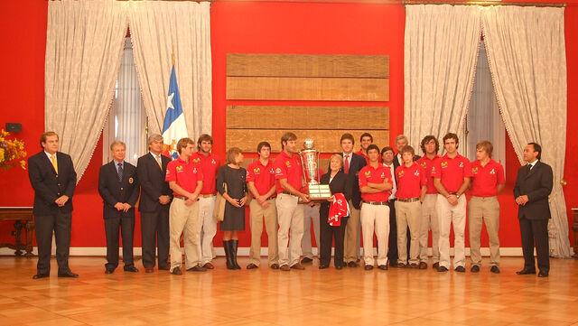 Archivo:Bachelet y campeones de polo.jpg