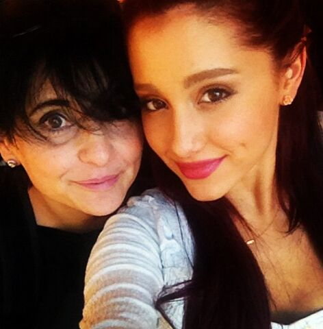 File:Ariana with her mom shopping - April 21, 2012.jpg